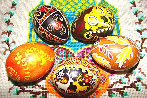 Традиционно окрашивание пасхальных яиц начинается в Чистый четверг (Страстная неделя Великого поста).
